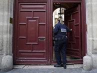 Полицейский у входа в резиденции на улице Тронше в Париже