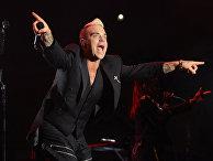 Певец Робби Уильямс во время концерта в Монако