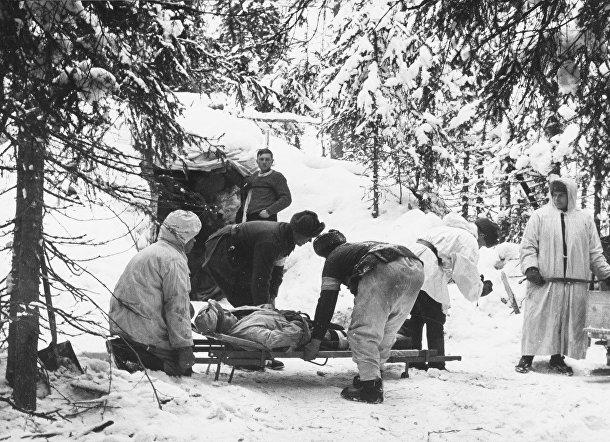 Финские солдаты несут раненого