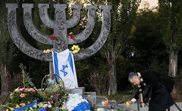 Церемония памяти возле памятника жертвам Бабьего Яра в Киеве