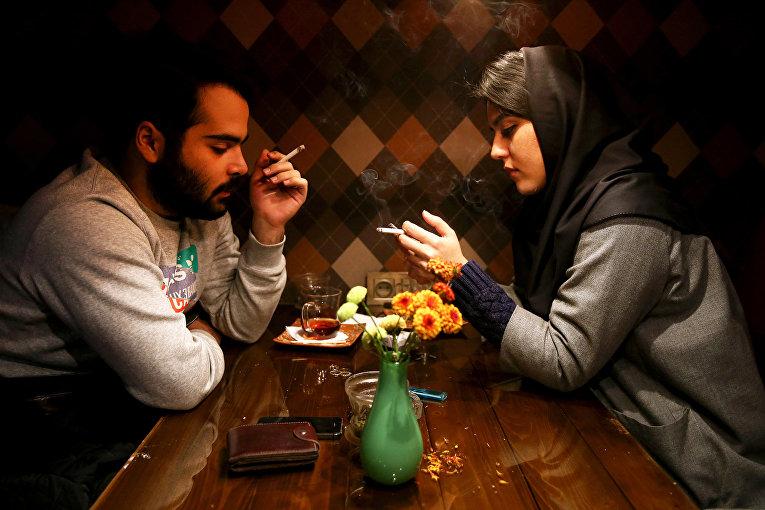 Иранская пара в кафе в Тегеране