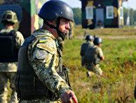 Инструктор наблюдает за выполнением упражнения в боевом учебном центре на Украине