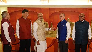 Церемония фотографирования лидеров стран БРИКС перед неформальным ужином в отеле Taj Exotica индийского штата Гоа