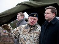 Премьер-министр Латвии Валдис Домбровскис и командующий Национальными вооруженными силами Латвии Раймондс Граубе