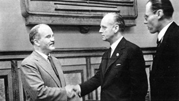 Молотов и Риббентроп после подписания советско-германского договора о дружбе и границе между СССР и Германией