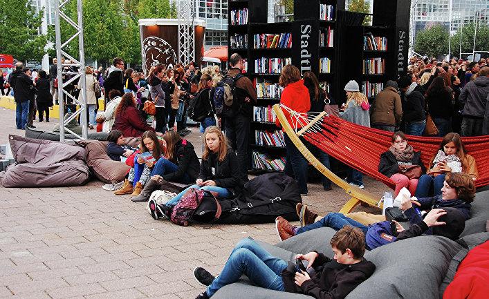 Посетители Франкфуртской книжной ярмарки на центральной площади выставочного комплекса
