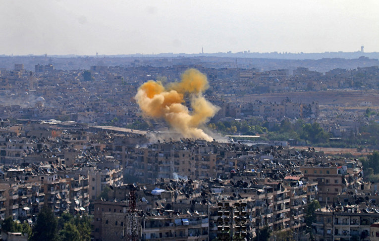 Дым от взрыва в районе гуманитарного коридора, подготовленного для вывода мирных жителей и боевиков в Алеппо