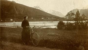 Девушка с велосипедом за пределами Тромсе