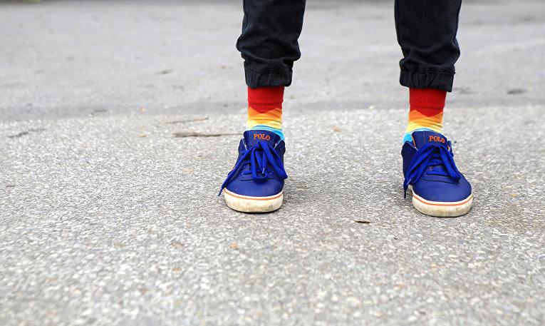 Человек в цветных носках во время гей-парада в Ханое