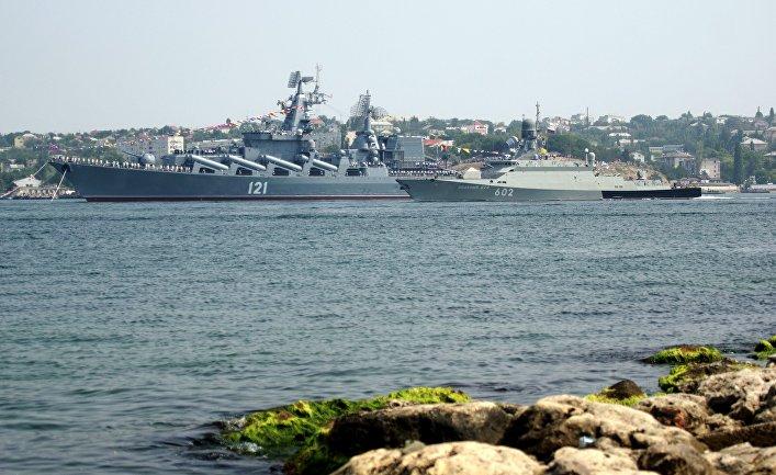Гвардейский ракетный крейсер «Москва» и малый ракетный корабль «Зеленый Дол»