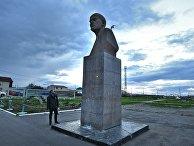 Памятник Ленину на центральной площади Южно-Курильска на острове Кунашир Большой Курильской гряды