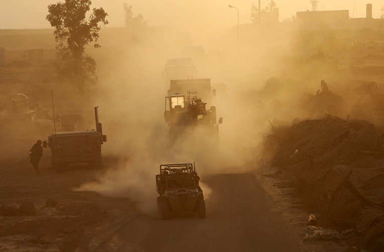 Американские военные автомобили на военной базе США недалеко от Мосула