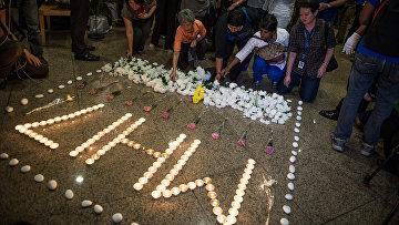 Люди возлагают цветы в память о погибших в авиакатастрофе малайзийского самолета Boeing 777 в районе города Шахтерск Донецкой области. Куала-Лумпур