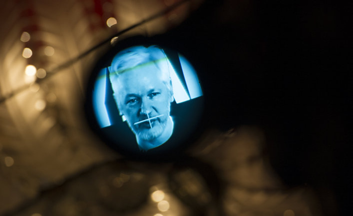 Основатель WikiLeaks Джулиан Ассанж во время видеобращения