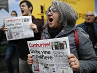Читатели Cumhuriyet у офиса газеты в Стамбуле после ареста журналистов издания