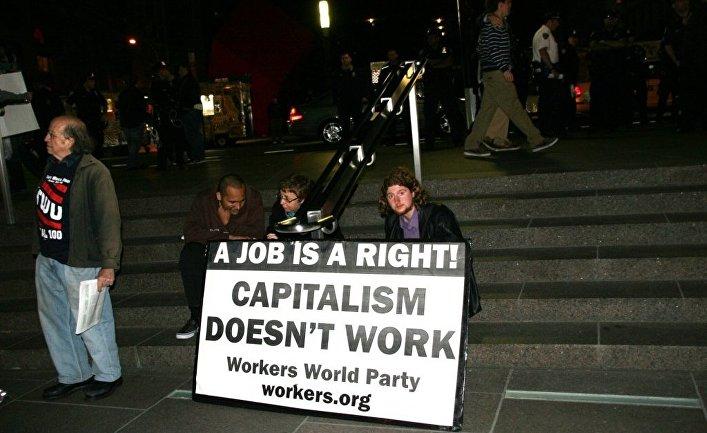 """Акция """"Займем Уолл-Стрит"""" в Нью-Йорке. Надпись на плакате: """"Работа - это право. Капитализм не работает"""""""