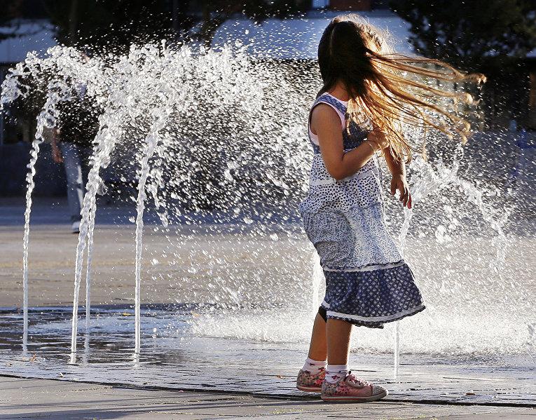 Девочка играт в фонтане во Франкфурте