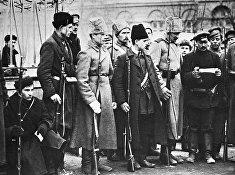 Революционные солдаты в Петрограде. Октябрьская революция. 1917 год