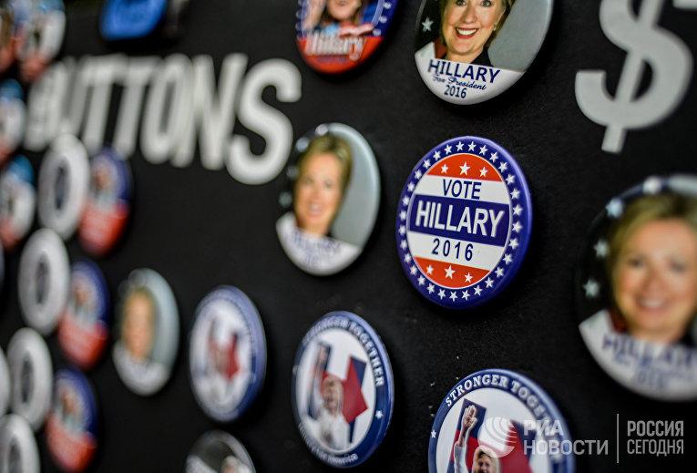Продажа значков с изображением кандидата в президенты США от Демократической партии Хиллари Клинтон в Нью-Йорке