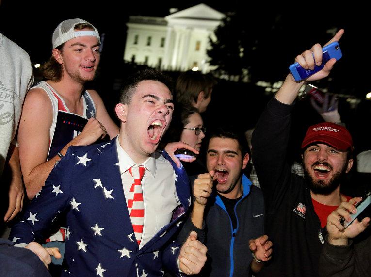 Сторонники Дональда Трампа перед Белым домом в Вашингтоне