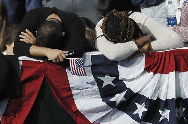 Сторонники кандидата от Демократической партии Хиллари Клинтон следят за результатами голосования. Хиллари Клинтон в Нью-Йорке