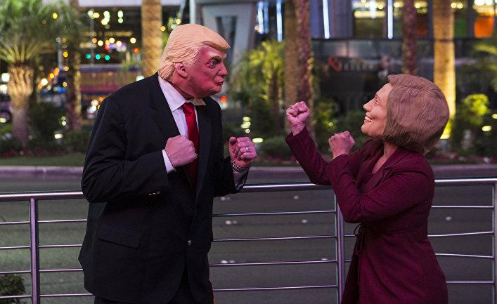 Артисты переодетые в образы Хиллари Клинтон и Дональда Трампа развлекают толпу во время выборов в Лас-Вегасе