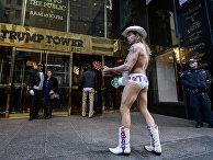 Уличный музыкант во время своего выступления у входа в Трамп-тауэр