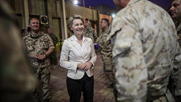 Министр обороны Германии Урсула фон дер Ляйен общается с солдатами в Багдаде