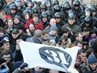 ОМОН блокирует сторонников оппозиции во время митинга в защиту 31-й статьи конституции РФ