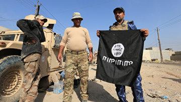 Иракские солдаты позируют с флагом ИГИЛ в Ираке