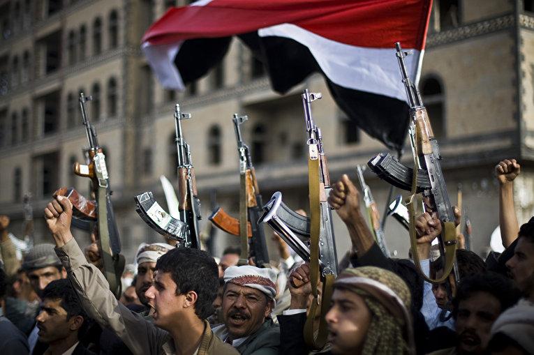 Демонстрация хуситов против авиаударов саудовской коалиции