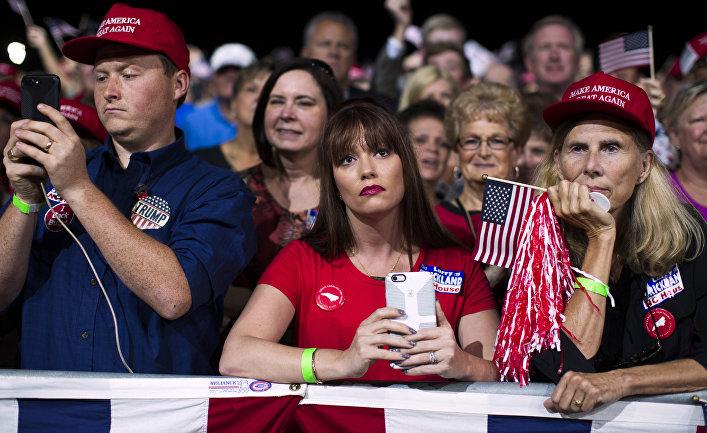 Сторонники Дональда Трампа слушают его предвыборное выступление