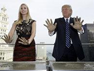 Дональд Трамп и его дочь Иванка Трамп оставляют отпечатки ладоней на крыше Международного отеля и башни Трампа в Чикаго