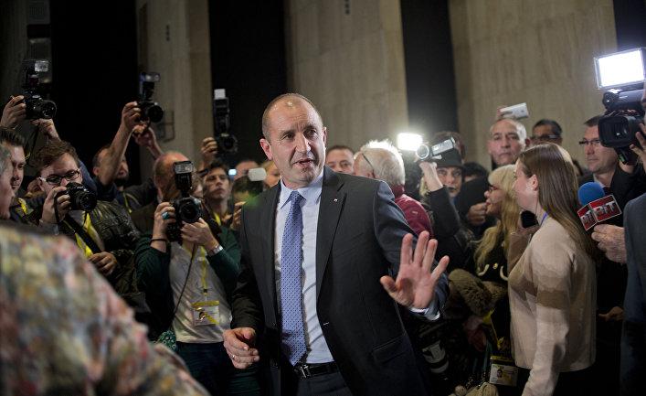 Кандидат в президенты Болгарии Румен Радев общается с прессой в Софии