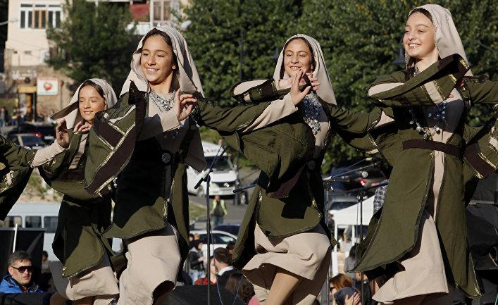 Девушки в грузинских национальных костюмах на празднике в Тбилиси