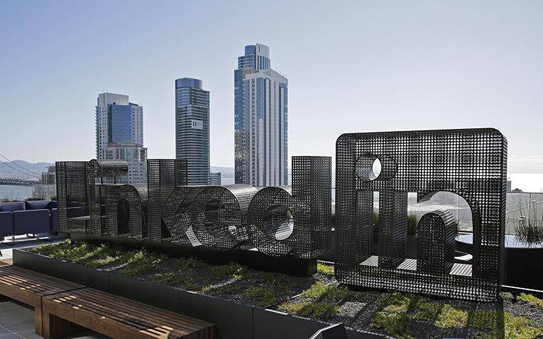 Терраса на крыше здания, где расположен офис компании LinkedIn в Сан-Франциско, США