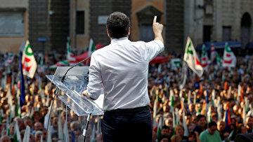 Премьер-министр Италии Маттео Ренци выступает на митинге в Риме