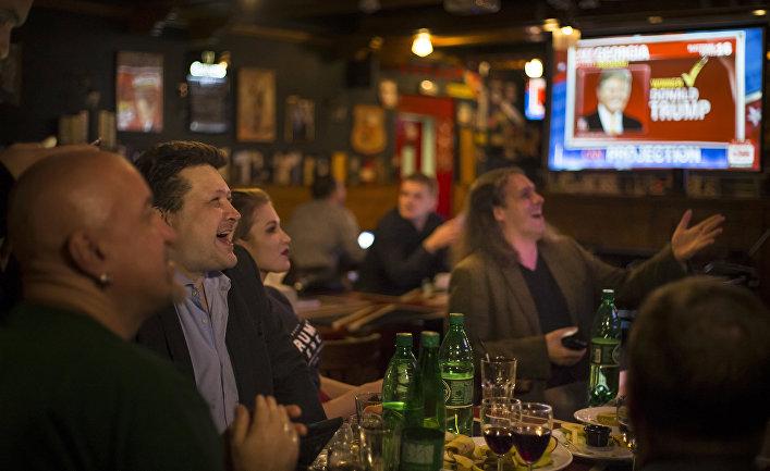 Прямая трансляция президентских выборов в США в пабе «Юнион Джек» в Москве