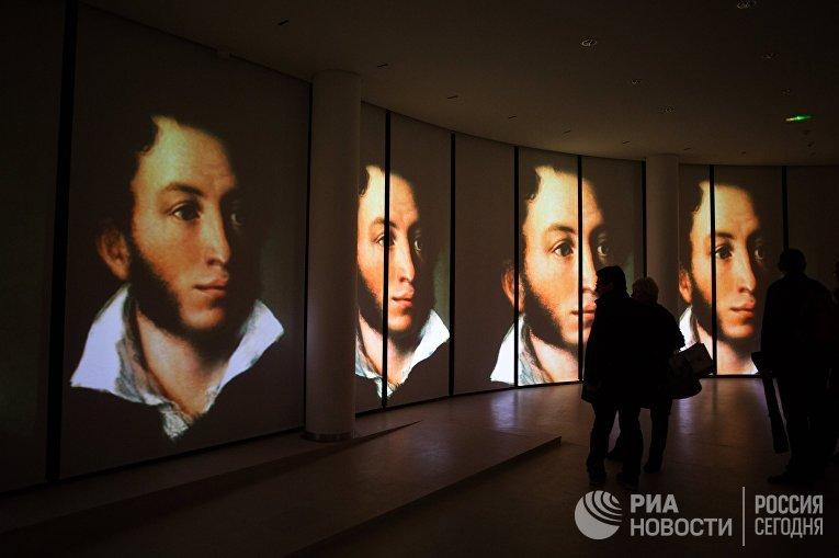 Посетители на открытии Центра русского языка «Институт Пушкина» в Париже