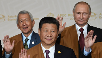 Председатель КНР Си Цзиньпин, президент РФ Владимир Путин и министр иностранных дел Филиппин Перфекто Ясай
