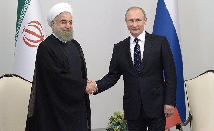 Президент России Владимир Путин (справа) и президент Исламской Республики Иран Хасан Рухани во время встречи в Центре Гейдара Алиева в Баку. Август 2016 года