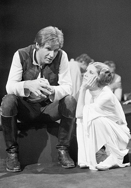 Харрисон Форд и Кэрри Фишер в образе героев «Звездных войн»