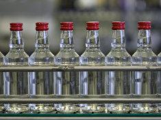 Бутылки с водкой на транспортере на Казанском ликеро-водочном заводе