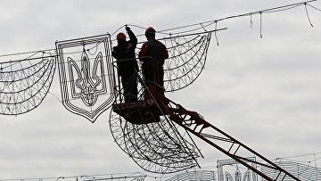 Коммунальные службы демантируют фрагменты праздничного освещения на Крещатике