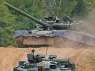 Танк Т-80 на марше