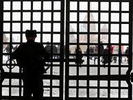 Закрытые ворота на Красной площади в Москве
