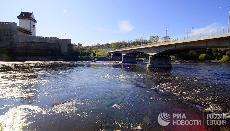 Вид на Нарвскую крепость. Государственная граница России и Эстонии проходит посередине реки Нарвы