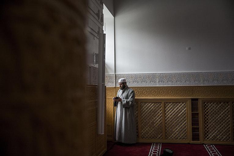 Мусульманин молится в мечети в Копенгагене