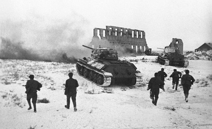 Советские бойцы атакуют немецкий опорный пункт в Сталинграде