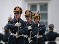 Военнослужащие Президентского полка во время церемонии развода пеших и конных караулов на Соборной площади Московского Кремля